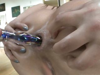 Jynx Maze fills her ass with her beaded hard toy
