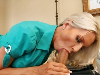 Furious cougar Emma Starr slurps on this fuck stick