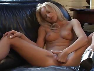 Blondine solo mit Vibrator