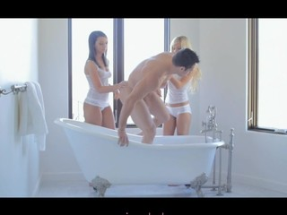 Two stunner threesome in bathtub